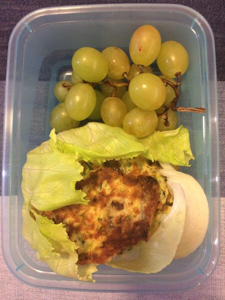 placuszki z cukinii, liść sałaty, winogrona 😋🍴🍱