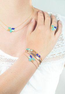 Des triangles de perles japonaises tissées à la main, encadrés par une fine chaine boule plaqué or (1 micron), le tout forme un joli bracelet, facile à porter, idéal pour cet été.  Pour un ajustement parfait, communiquez moi votre tour de poignet au moment de la commande.