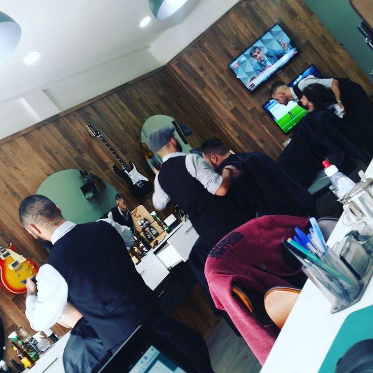 Sexta-feira começando a todo vapor na barbearia mais VIP de Santa Catarina.  Não deixe para última hora agende já seu horário para dar aquele trato no visual para o final de semana: . 47-3398-3771 (Fixo) 48-9938-4660 (Whatsapp)  #barbeariavipbc #barbershop #barberstyle #barberlife #barber #balneariocamboriu #bc #barba #cabelo #bigode #cerveja #futebol #finaldesemana #weekend by barbeariavipbc