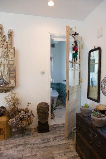 トイレには、神戸で見つけた古い扉を採用。ブルーのタイルは、ジブリ作品のモデルとなった旅館で使われていたのと同じものをたまたま見つけて購入。