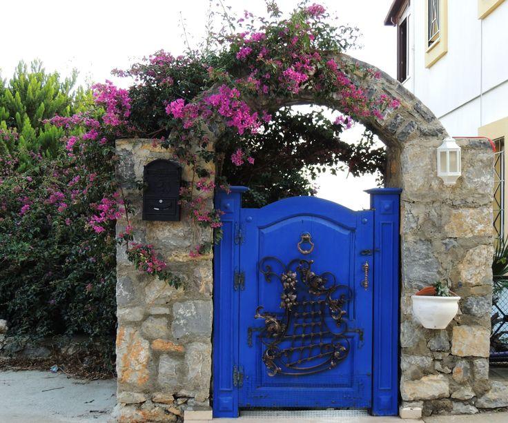 Mavi güzel yeni stil bir Bodrum evi kapısı