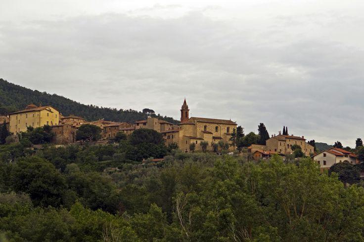 Paciano - Vista del centro storico da est. Si riconoscono Palazzo Baldeschi (il primo da sinistra) e la Chiesa di Santa Maria con il campanile (al centro)
