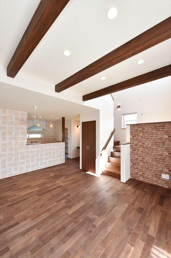 ウォ ルナットの床材が光るスタディスペースのある家 寺島製材所の写真