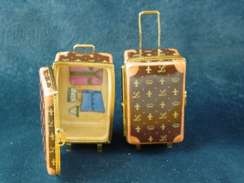 http://www.limogesfactory.com/limoges-boxes-and-figurines/designer-suitcase-with-handle-P26297.html DESIGNER SUITCASE WITH HANDLE - Limoges Boxes and Figurines - Limoges Factory Co.