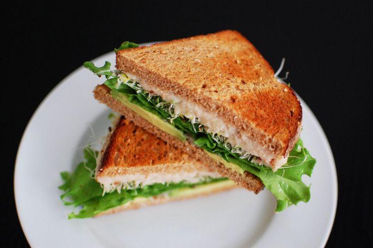 Sanduba de atum no forno  Pimentão amarelo picado Cebola picada Picles picado 1 colher de sopa de maionese Light 200 gramas de queijo prato 1 lata de atum em pedaços Pão de forma de sua preferência.  Misture todos os ingredientes, passe nos pães de forma e coloque o queijo. Envolva os sandubas em papel aluminio e coloque no forno pré-aquecido por 25 minutos!  Pode acrescentar alface ou broto depois que retirá-los do forno.
