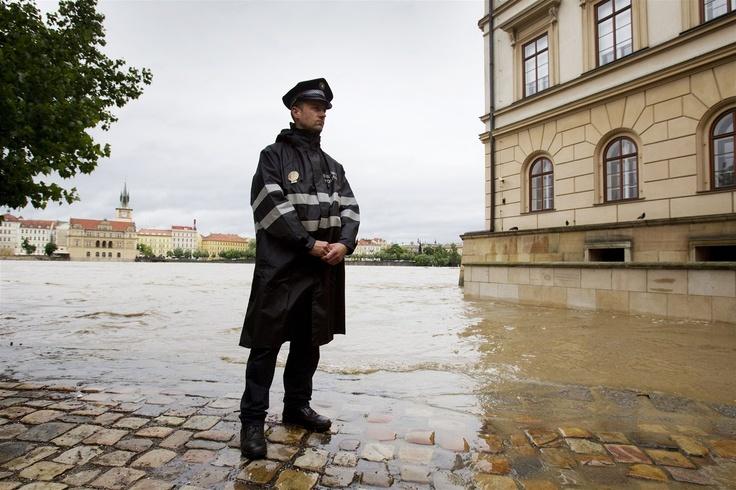 SEM NESMÍTE. Pražský strážník hlídá zaplavený břeh Vltavy v Praze na Kampě. (2. června 2013)