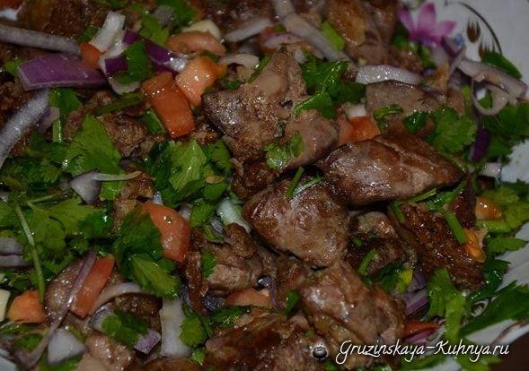Рецепт вкуснейшего блюда грузинской кухни — куриная печень по-грузински! Хотите приготовить сытный ужин или состряпать изюминку для праздничного стола? Купите куриную печенку, быстро готовитс…