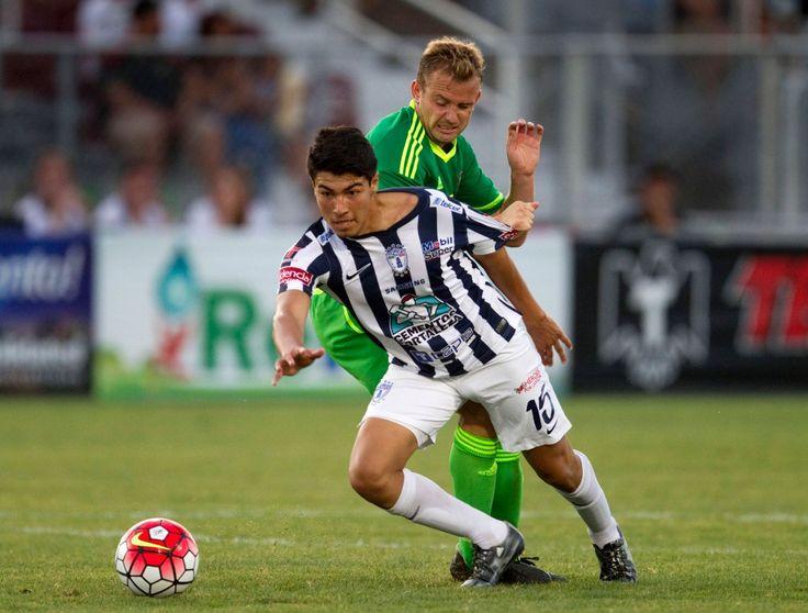 Sunderland's Lee Cattermole in action against CF Pachuca's Erick Gutierrez