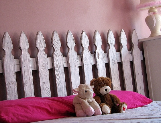 My dad made a picket fence headboard for my parents' guest bedroom ... May ask him to help me do the same for mine!