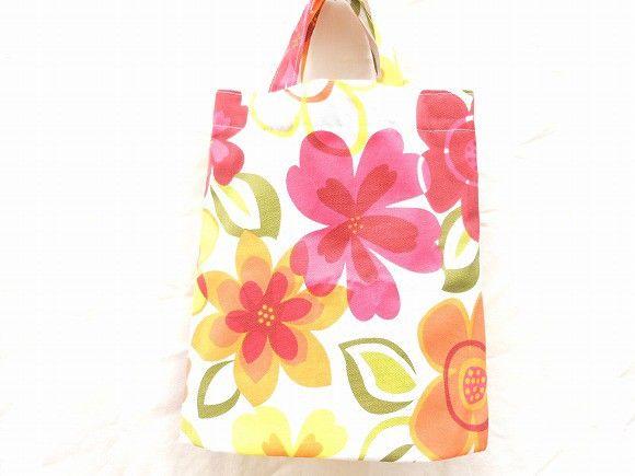 オレンジ、赤色、黄色の大輪の花が咲く緑色の葉っぱが生い茂る元気なシンプルなバッグなので畳んでしまっておけてマチがついているので沢山入るセカンドバッグにピッタリ... ハンドメイド、手作り、手仕事品の通販・販売・購入ならCreema。