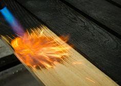 Mit einem Gasbrenner kann man das Holz altern