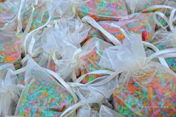 [Ideas para tu boda] ¿Y si damos un poco de #color a la #boda con #arroz arco iris? ¡Nos encanta la #idea! ¿Y a ti?