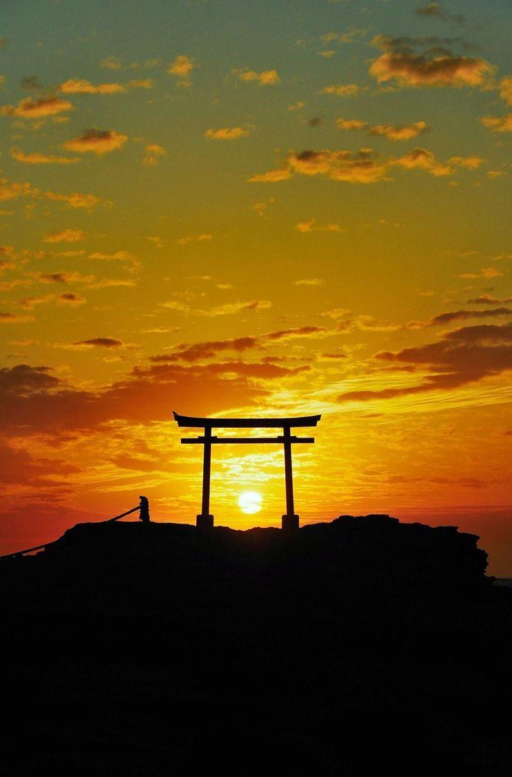 Torii.  Izu, Japan   |   伊豆白浜神社 大明神岩 鳥居からの御来光  Yoshiharu Shinozawa