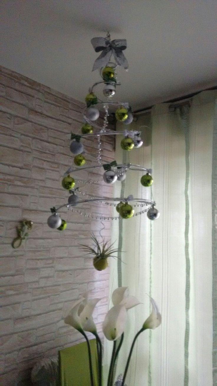 Albero di Natale DIY verticale a spirale. Realizzato con canna trasparente e fil di ferro