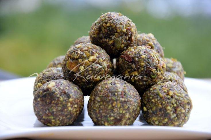 PISTÁCIOVÉ GUĽKY (dyňové semienka, pistácie, datle, príp. sladidlo, škorica, kardamom)