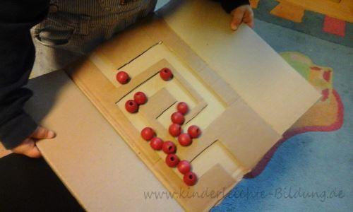 Alter: ab 2 Jahren  Besonders gefördert: Feinmotorik      Hier seht ihr ein Spielzeug, was man ganz leicht und zum Nulltarif selbst machen k...