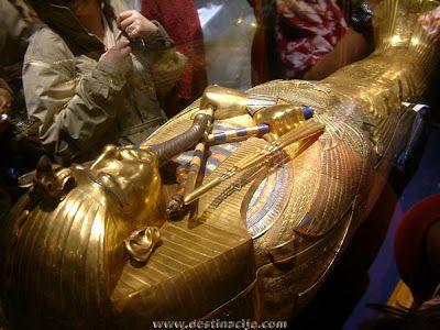 Nebkheperura Raja Tutankhamun (Raja Tut untuk naman pendeknya) mungkin yang paling terkenal dari semua para Firaun Mesir Kuno , namun ia ad...