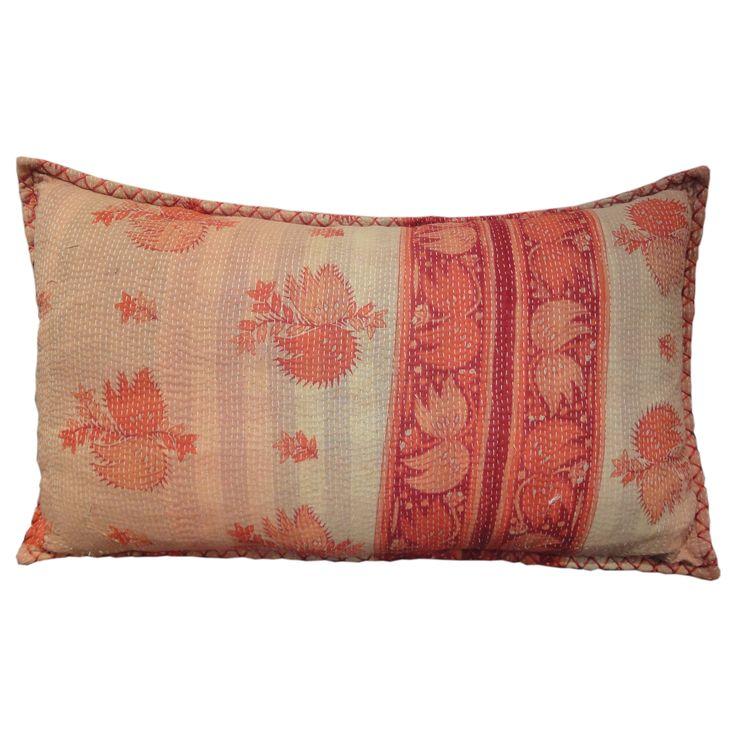 Almofada em tecido indiano, com acabamento feito a mão.