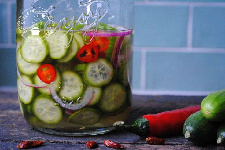 Bij veel Indische gerechten smaakt een komkommersalade er het lekkerst bij. Hoe maak je nu snel een zoet zure komkommersalade? Lees het hier!