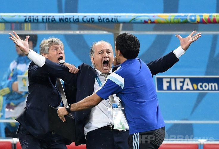 サッカーW杯ブラジル大会(2014 World Cup)準決勝、オランダ対アルゼンチン。PK戦での勝利をチームのスタッフと喜ぶアルゼンチンのアレハンドロ・サベジャ(Alejandro Sabella)監督(中央、2014年7月9日撮影)。(c)AFP/PEDRO UGARTE ▼10Jul2014AFP|アルゼンチン指揮官、決勝進出は「大きな喜び」 http://www.afpbb.com/articles/-/3020162 #Brazil2014 #Argentina_Netherlands_semifinal