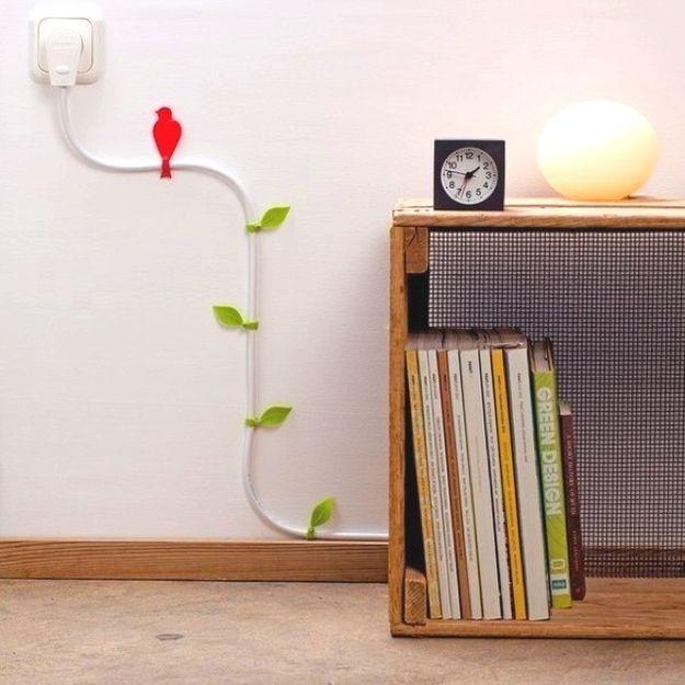 Transforme a fiação elétrica em arte de parede com estes pegadores decorados. | 42 maneiras fáceis e inteligentes de esconder as coisas feias da sua casa