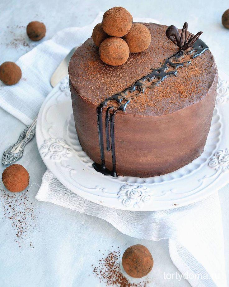 ✔ Шоколадный торт  Ингредиенты на торт диаметром 16-18 см:  Для бисквита:  Сливочное масло комнатной температуры — 270 г; Мука — 270 г; Сметана — 150 г; Какао — 65 г; Крепко сваренный кофе — 100 мл; Сахар — 200 г; Яйцо крупное — 3 шт; Соль — 1/3 ч.л.; Сода — 3/4 ч.л. Для крема:  Горький шоколад — 150 г; Молочный шоколад — 100 г; Сливки 35% — 100 мл; Сыр Маскарпоне — 250 г. шоколадный торт  Как приготовить шоколадный торт:  Шаг 1. Для бисквита размешать какао с кофе до однородности. Сливочное…