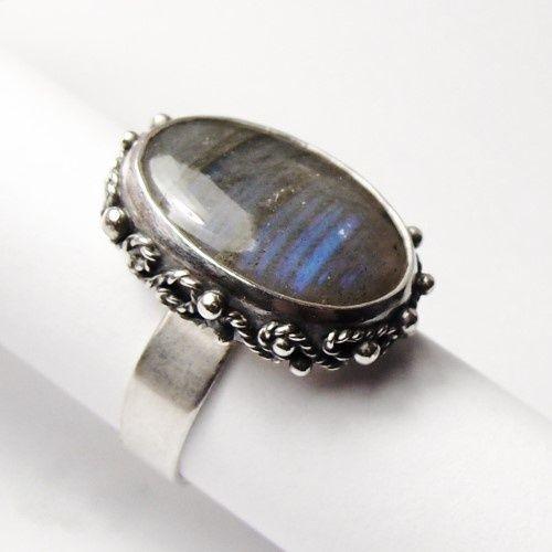 Niepowtarzalny i kobiecy pierścionek z subtelnym labradorytem zamkniętym w srebrnych splotach. Pierścionek wykonany od podstaw ze srebra pr. 925 wg autorskiego projektu, miejscami oksydowany i wypolerowany dla wydobycia bogatej faktury srebrnych ornamentów. Wielkość oczka wraz z oprawą to ok. 2,3 na 1,8 cm. Rozmiar obrączki jest regulowany i zostanie ustawiony przy złożeniu zamówienia na konkretny rozmiar. Wszystkie prace opuszczają moje studio elegancko zapakowane - idealne na prezent :)