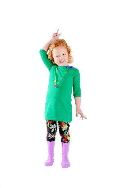 Grappige groene kinderjurk met driekwart mouwen. Voorzien van twee drukkertjes bij de hals, zodat je de jurk zelf kan personaliseren en past bij elke gelegenheid. Elke keer weer opnieuw!