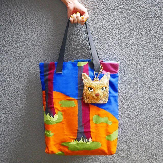 猫好きエディター、小倉倫乃さんのバッグを飾る、キラキラフェイスにご注目。この秋冬コレクションで話題騒然だった、ロエベのキャットフェイスチャームです。 持ってみると、けっこうズッシリときました。その重量感を手で確かめながら、先般のリオ五輪の金メダリストたちが、メダルの感想を訊かれて口々に「重いです」とコメントしていたことをふと思い出しました。金メダルに触れたことがないので知る由もないのですが、これぐらいの重みなのかなぁ、などと勝手に想像してみたり。ロエベの金色の猫とオリンピックの金メダルが重なって見えた瞬間なのでした。 ちなみに、ポップアートのようなプリント柄が目を引くショッパーバッグもロエベ。テキスタイルデザイナー、ジョン・アレンとのコラボレーションアイテムです。(編集H)  #loewe #catface #cat