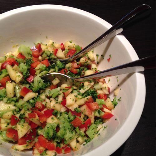 Dieser leckere Brokkolisalat ist unheimlich schnell zubereitet und schmeckt dazu noch richtig gut! Für den Salat könnt ihr sowohl frischen Brokkoli als auch Tiefkühl-Brokkoli verwenden. Der Brokkolisalat eignet sich super um ihn mit auf die Arbeit zu nehmen. Aber auch beim Grillfest mit Freunden kommt er sehr gut an. Wenn ihr noch gekochten Reis unterrührt, […]