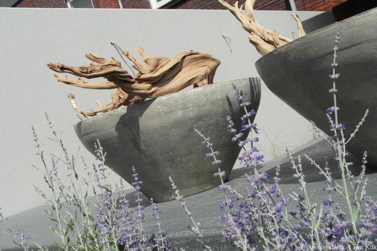 tuinmuur-strak-modern-wit-gestuuct-tuinmuur-op-maat-tuinmuur-kant-en-klaar-platoflex-schalen-stoere-ronde-bloempot-grillige-takken-origineel-tuinontwerp-belgische-stijl-timkok-hovenier-Tuin in aanleg Rhoon, afronding najaar 2014