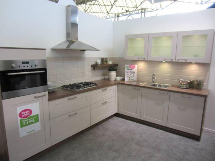 Ook een erg mooie keuken ik vind vooral de tegels tegen de muur aan heel erg mooi en het - Heel mooi ingerichte keuken ...