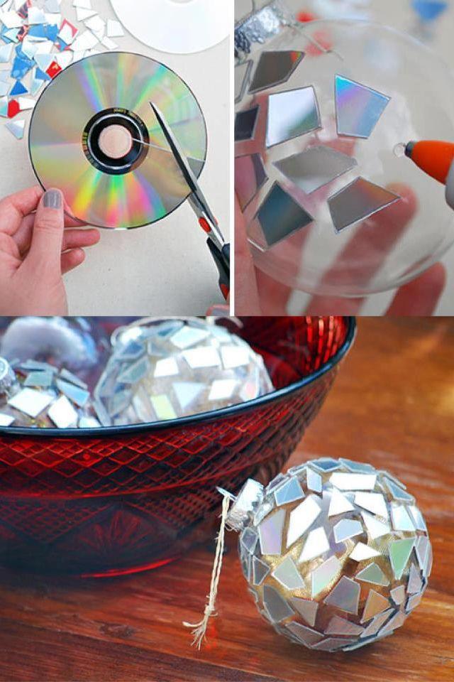 Kerstbal van cd-stukjes. Beplak een kerstbal met cd-stukjes.