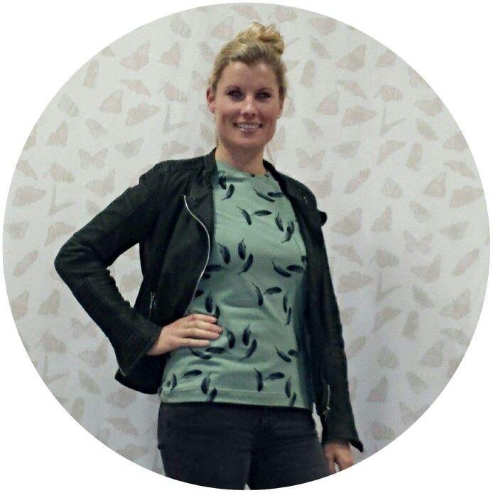 Cursist Marije was direct verliefd op het Veren stofje en ging meteen aan de slag met een t-shirt voorzien van 3/4 mouw.  Stof is nog beperkt verkrijgbaar in de webshop http://anydress.biedmeer.nl/Zacht-groene-tricot-met-zwarte-veertjes ,maar wees er snel bij want OP=OP