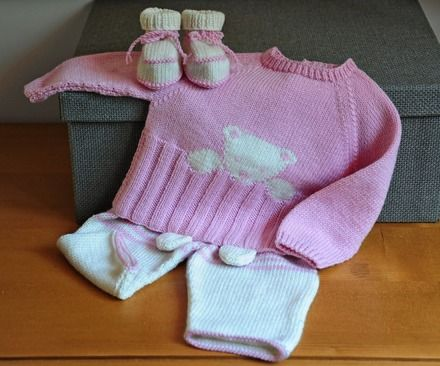 Layette tricotée entièrement à la main. Travail soigné et délicat. finitions impeccables. Les fils utilisés sont de qualité et spécialement adaptés à la peau fragile - 15004143