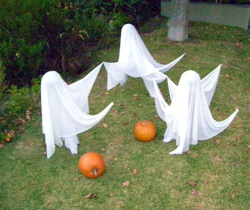 How to Make Floating Ghosts for Your Outdoor Halloween Display: Easy Halloween Decor: Flying, Floating Ghosts