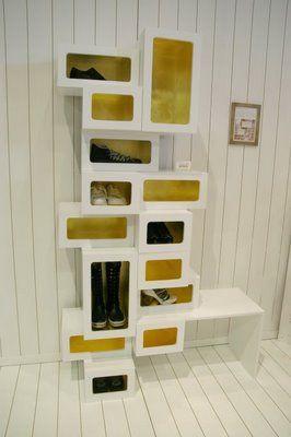 """Einfach ein Design Regal selber bauen: Johanna Eliason, eine Studentin der """"School of Design"""" von der Universität Göteburg hat ein ausgefallenes Schuhregal ( """"Skorder"""" ) entworfen. Besonders wir Frauen freuen uns über eine solche Möglichkeit, die eigene Schuhsammlung in Szene setzen zu können. Und das Ganze ist nicht so schwer nachzubauen!"""