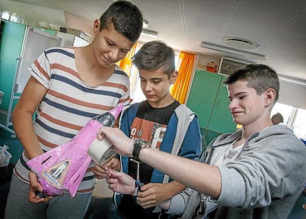 """Jonas Fogh, Kasper Frederiksen og Mikkel Seiebæk fik ikke vand-raketten """"Pink dwarf"""" særligt højt op, men så må gruppen på scienceholdet jo prøve igen."""