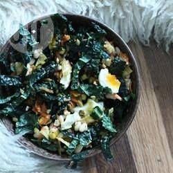 Schwarzkohlsalat mit hartgekochten Eiern - Wenn man die Blätter von Schwarzkohl massiert, werden sie weicher und schmecken besser im Salat.@ de.allrecipes.com