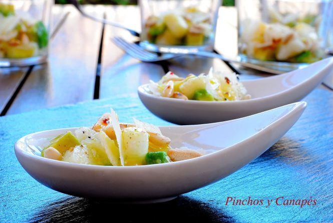 Aperitivos fríos en cuchara. Pera, queso manchego curado, aguacate, lima y piñones con vinagreta.