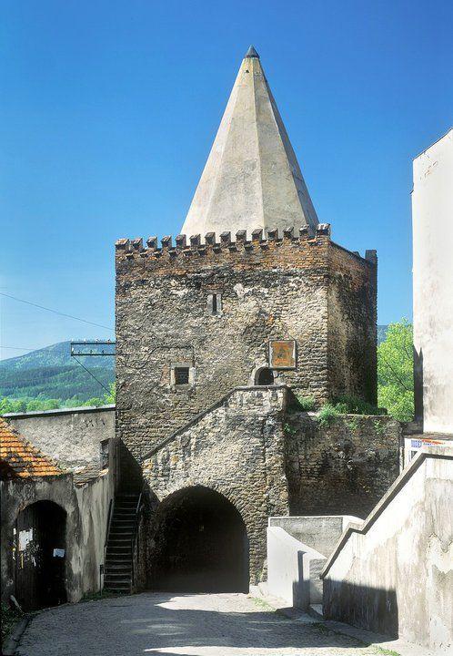 Bystrzyca Kłodzka Brama Wodna pochodzi z pocz. XIV w. Kamienna, wzmocniona ze względów strategicznych, została nadbudowana wieżą z krenelażem i ostrosłupowym hełmem ceglanym z 1508 r. Przelot bramy zamykała od zewnątrz żelazna, spuszczana na łańcuchach krata. W pomieszczeniach wieży pobierano opłatę za wjazd do miasta.