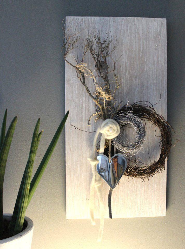 Wanddeko aus neuem Holz, weiß gebeizt, dekoriert mit natürlichen Materialien, zwei Rebenkränzen, Filzbänder, Filzrose und einem Metallherz!