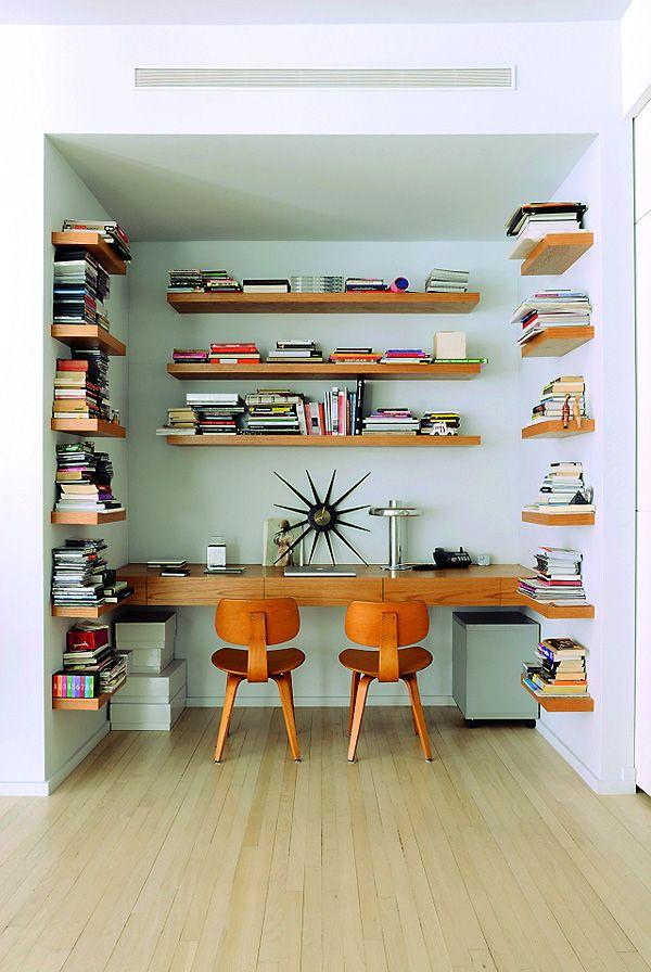 Alcôve vert d'eau pour bureau en bois roux. Belle alliance de couleurs complémentaires. The Soho, New York City Loft contemporary Artist Marina Abramovic