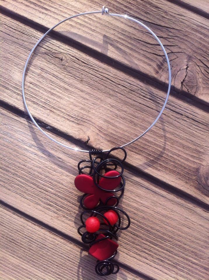 Collier n°0450  Avec tour argenté, customisé avec du fil d'aluminium de couleur noir et ses perles rouge  Retrouvez ce modéle sur ma page facebook : https://www.facebook.com/olivia.creation.5