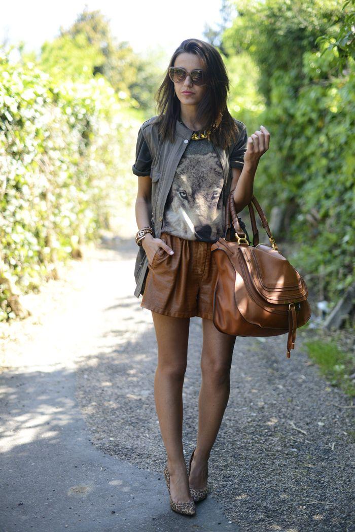 Look con short de cuero marrón