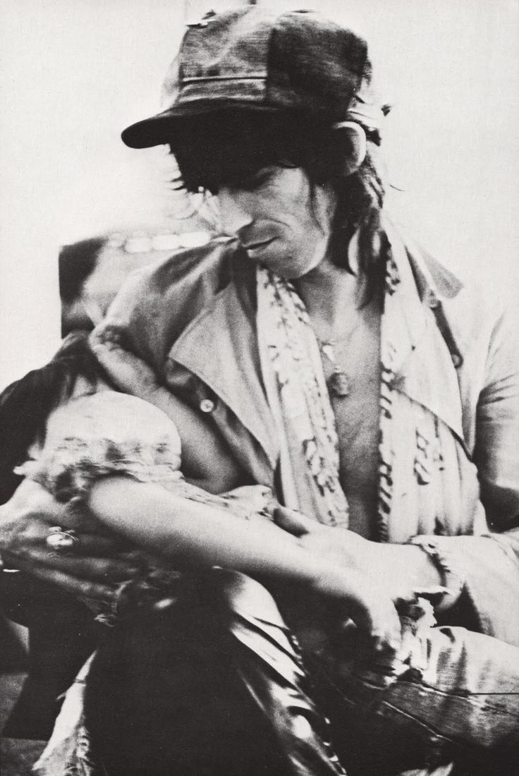 """The Rolling Stones' """"Tour Of The Americas"""" (1975), accompanied and photographed by Annie Leibovitz and Christopher Simon Sykes. Pictured: Keith Richards holding his daughter Angela Dandelion"""