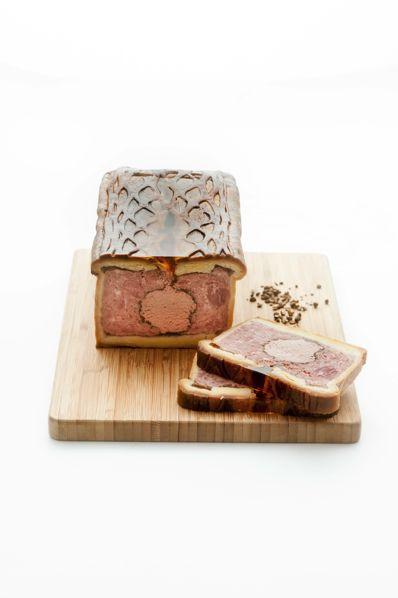 Ce pâté en croûte de canard est fait à partir de viande de porc et de canard, et un médaillon de mousse de foie de volaille ! Un produit des Artcutiers !  www.lesartcutiers.com  #lesArtcutiers #charcuterie #fabricantcharcuterie #grossistecharcuterie #distributeurcharcuterie #pate #pateencroute #patecanard
