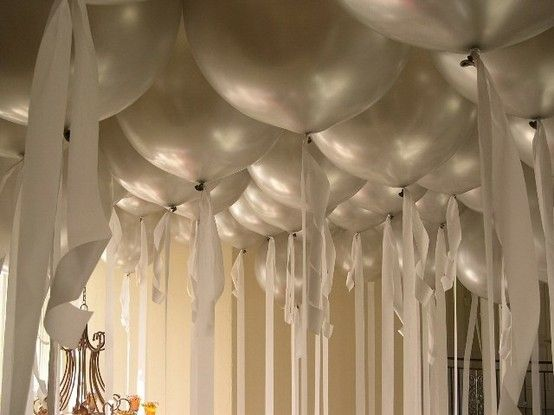 wow ~ love the streamers tied to balloon