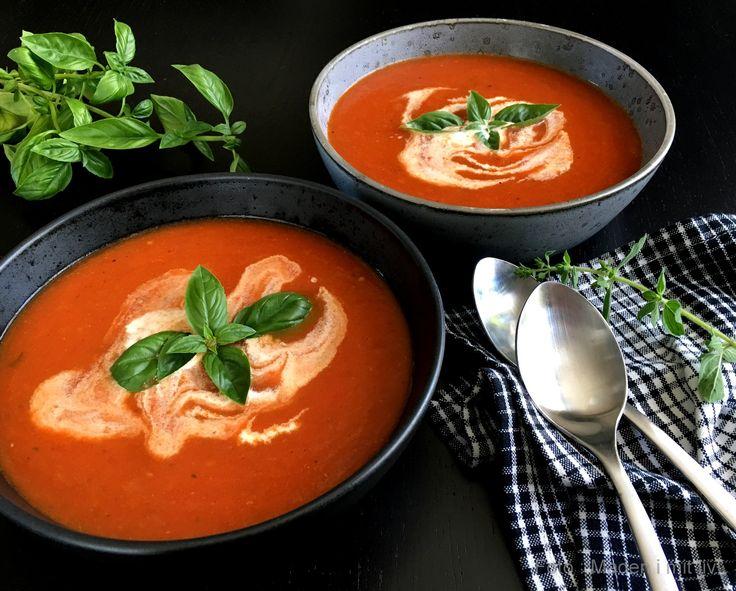 Forrygende lækker opskrift på ovnbagt tomatsuppe med løg og krydderurter. Super nem at lave, det hele skal blot i ovnen, og et sikkert hit på middagsbordet.