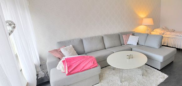 etta,rosa,grå soffa,soffbord,vit matta
